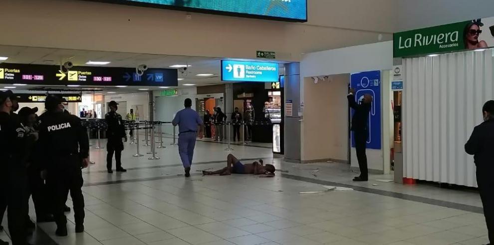 Hombre cae del cielo raso del aeropuerto de Tocumen.