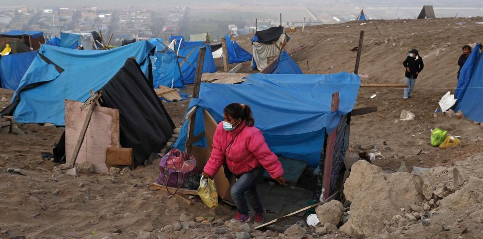 Varias personas acampan en la invasión ilegal del Cerro Lomo