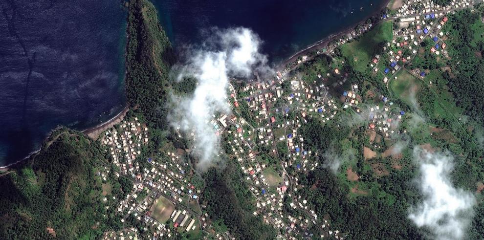 Fotografía satelital facilitada por Maxar Technologies que muestra el volcán La Soufriere en San Vicente y las Granadinas,