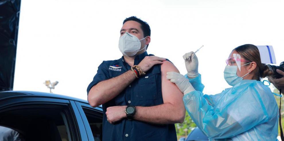 Vicepresidente Carrizo se vacuna con AstraZeneca