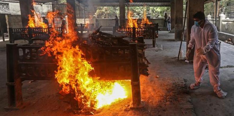 Crematorios en la India, cementerios se encuentran desbordados