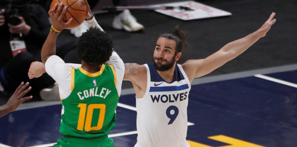 Ricky Rubio (d) de los Minnesota Timberwolves en acción ante Mike Conley de los Utah Jazz