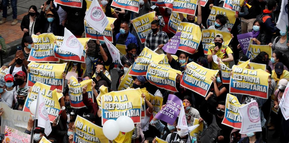 Decenas de personas entre las que sobresalen carteles de protesta participa en la jornada de manifestaciones denominada Paro Nacional, convocada en todo el país para rechazar