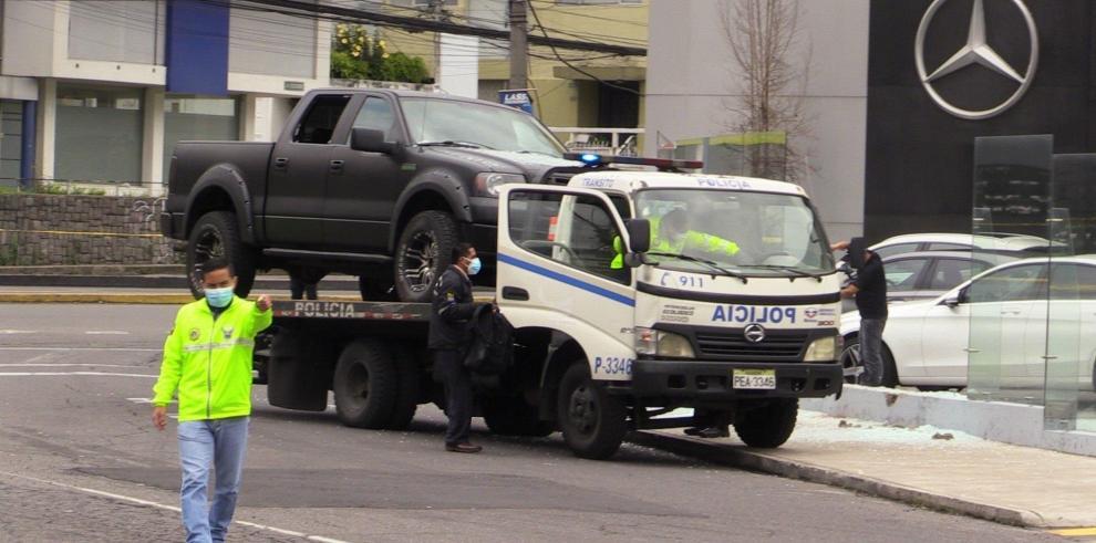 Policías se llevan el vehículo de Harrison Salcedo, abogado del exvicepresidente ecuatoriano Jorge Glas, quien fue asesinado hoy