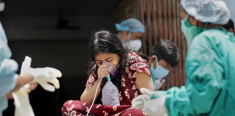 Una niña recibe oxígeno en la India durante la pandemia de la Covid.