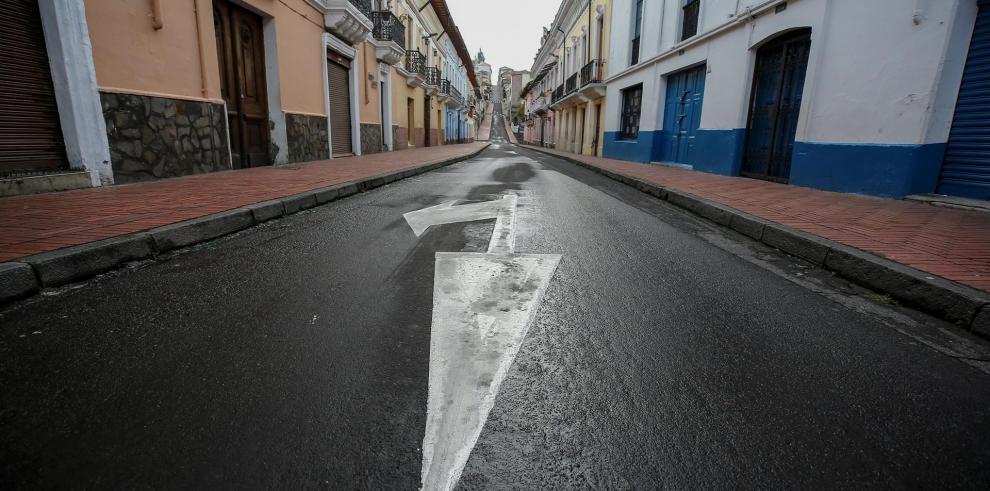 Fotografía de una calle vacía durante el confinamiento masivo con motivo de la crisis del coronavirus en Quito