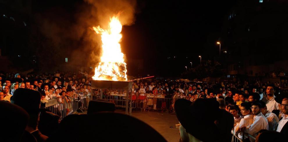 Judíos ultraortodoxos encienden una hoguera durante una celebración de Lag BaOmer