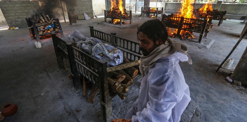 El desbordamiento del sistema sanitario en varias ciudades obligó a realizar cremaciones masivas. En un día se reportaron 3,600 muertos.