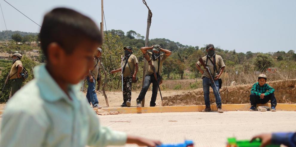 Menores se divierten después de marchar por la paz este viernes, en la comunidad de de Alcozacán, en el municipio de Chilapa
