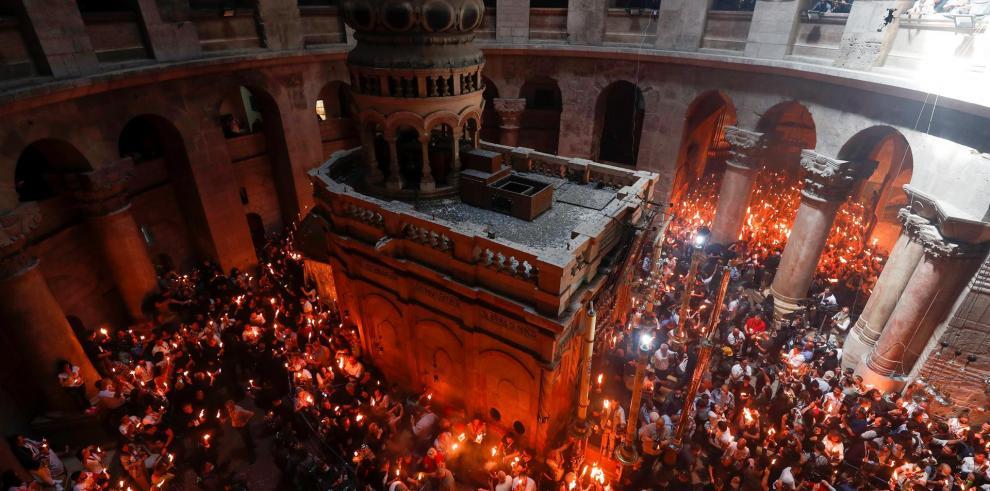 El fuego sagrado ilumina a los fieles en Sábado Santo ortodoxo en Jerusalén