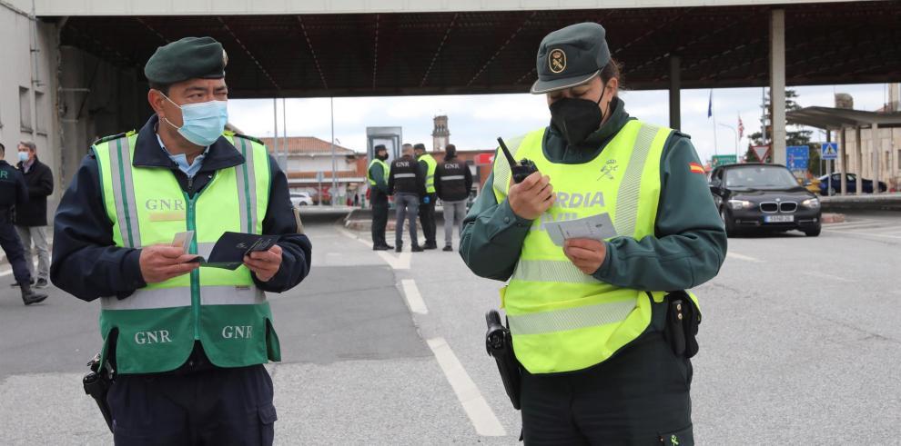 Una agente de la Guardia Civil junto con un efectivo de la GNR lusa en la frontera de Vilar Formoso-Fuentes de Oñoro.