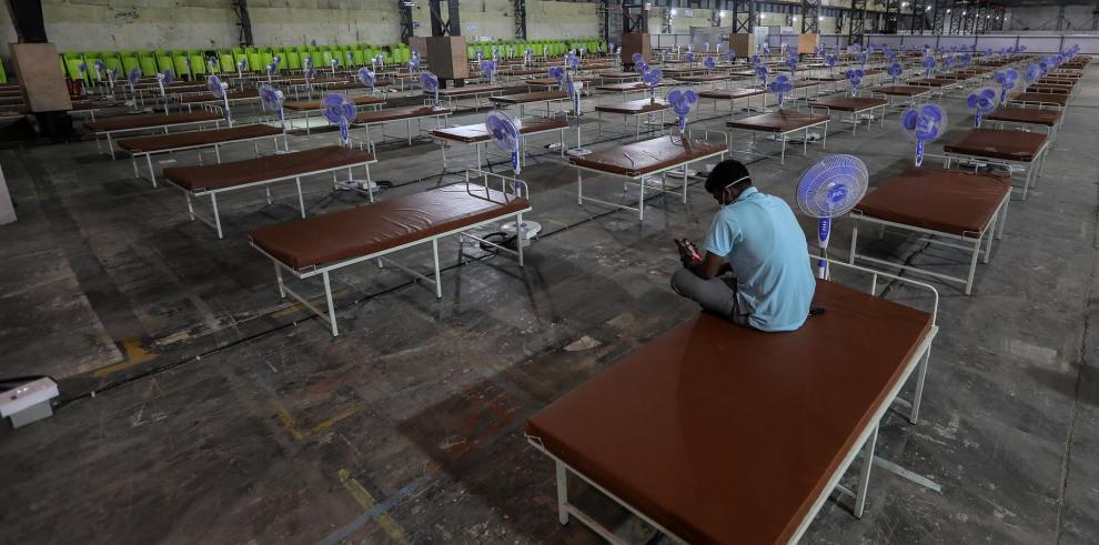 Camas preparadas en un centro habilitado en Bombay para acoger a pacientes de covid-19