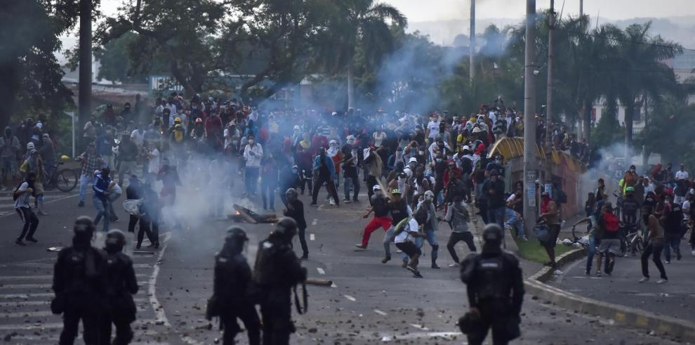 Manifestantes se enfrentan el 29 de abril de 2021 a miembros del ESMAD en la segunda jornada de protestas en contra de la reforma tributaria propuesta por el gobierno de Iván Duque,