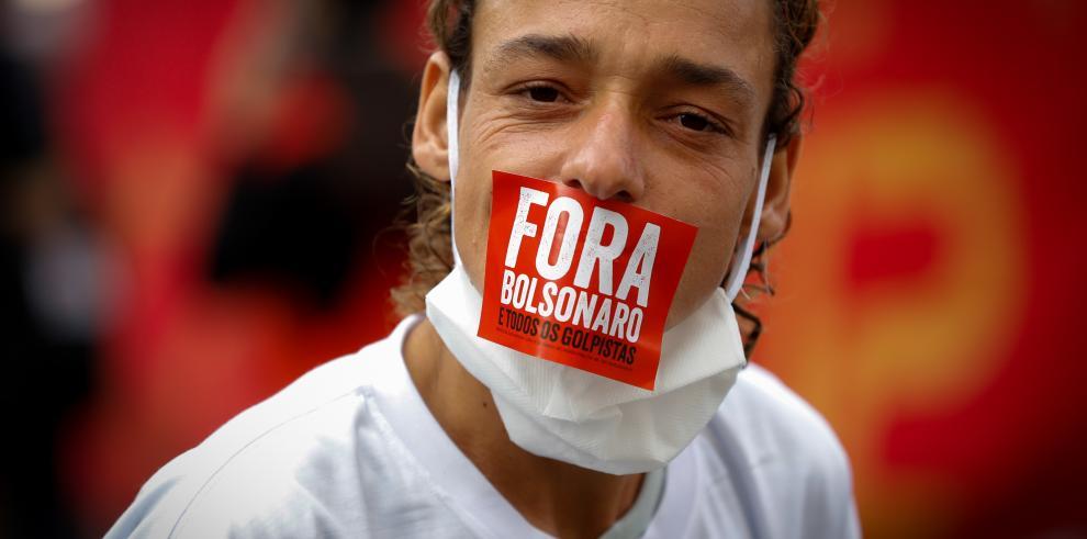 Manifestantes celebran el 1 de mayo protestanto en contra del presidente Jair Bolsonaro
