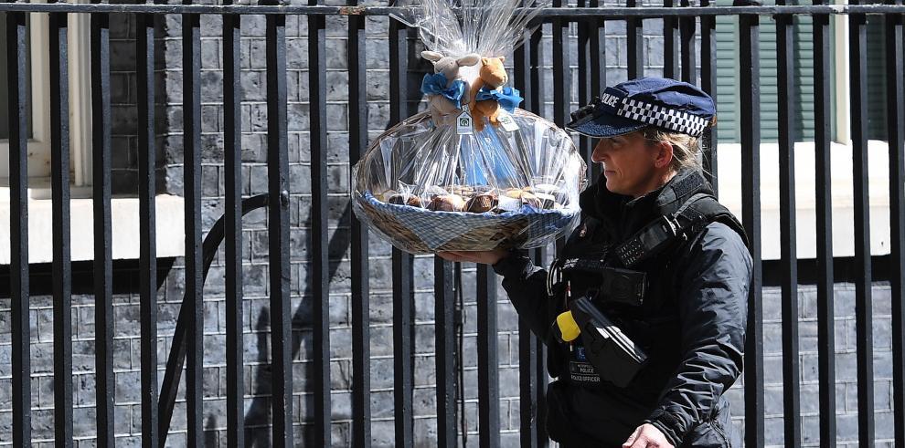 Un policía llevaba una cesta de regalo al primer ministro británico, Boris Johnson