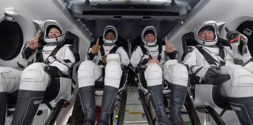 Los astronautas Shannon Walker, Victor Glover, Mike Hopkins y el astronauta de la JAXA Soichi Noguchi
