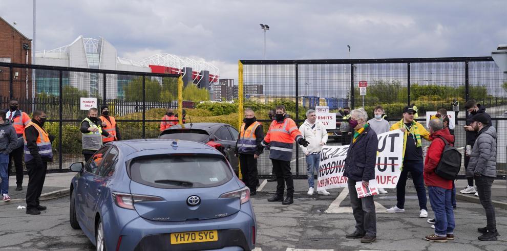 Unos 200 aficionados del United invadieron Old Trafford como forma de protesta por la gestión de los Glazer