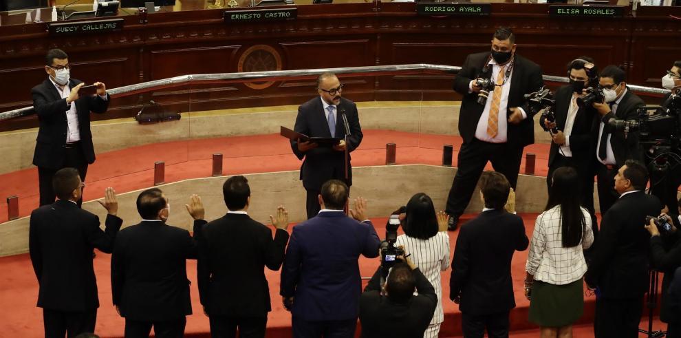 El presidente de la Asamblea Legislativa de El Salvador, Ernesto Castro, fue registrado este sábado al juramentar a miembros de la nueva Junta Directiva