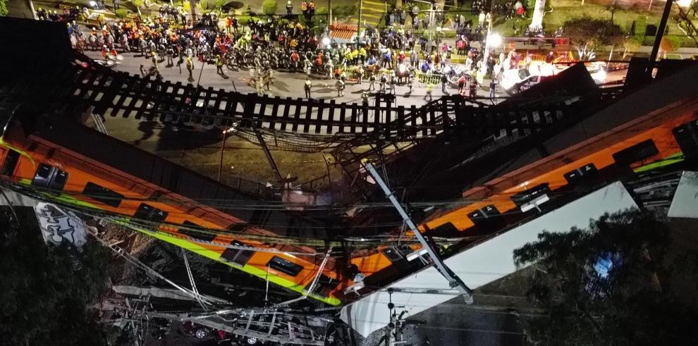 Vista aérea tomada con un drone que muestra el colapso de los vagones del metro