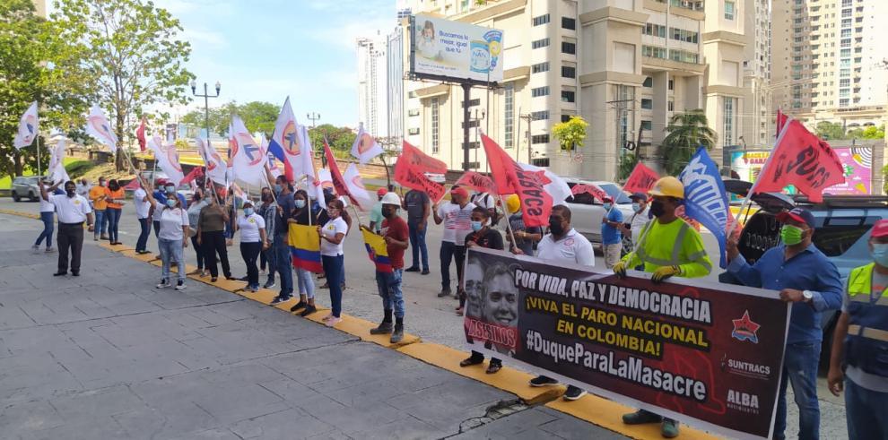 Suntracs y Conusi frente al Consulado de Colombia en Panamá