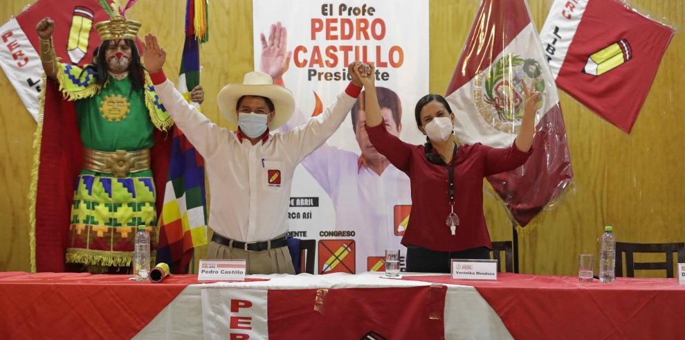 El candidato a la presidencia del partido Perú Libre, Pedro Castillo (i), firma un acuerdo de gobernabilidad con la lideresa de Nuevo Perú y Juntos por Perú, Verónika Mendoza (d), hoy, en Lima (Perú).