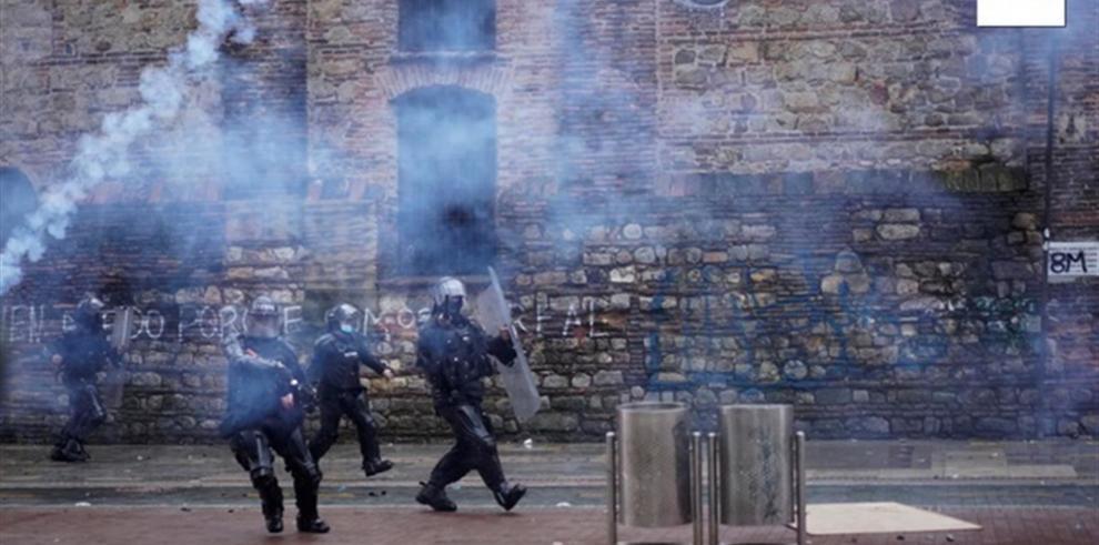 La Fiscalía colombiana anunció ayer que imputará a policías por los homicidios de tres civiles durante las violentas manifestaciones en Colombia