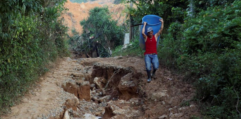 Un habitante camina en el lugar donde quedaron soterradas casas a cusa de las tormentas Eta e Iota