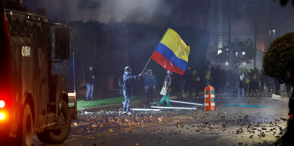 Integrantes del Escuadrón Móvil Antidisturbios (ESMAD) se enfrentan a manifestantes