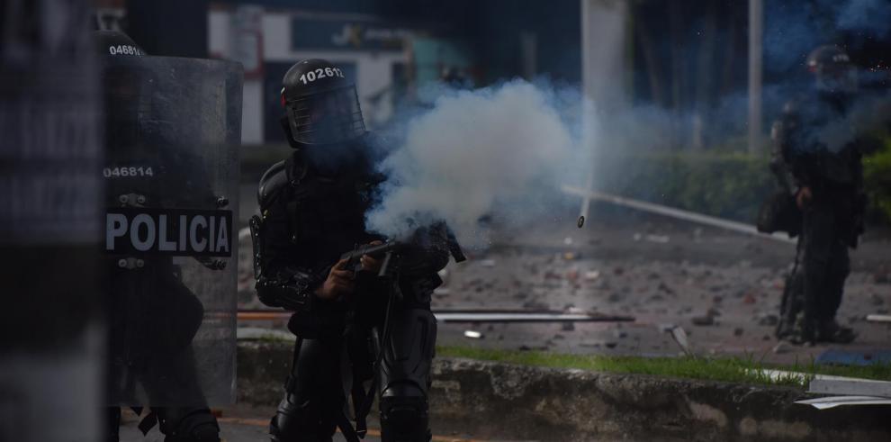 Manifestantes se enfrentan con miembros del Escuadrón Móvil Antidisturbios (ESMAD) durante las protestas, el 3 de mayo de 2021, en Cali (Colombia).