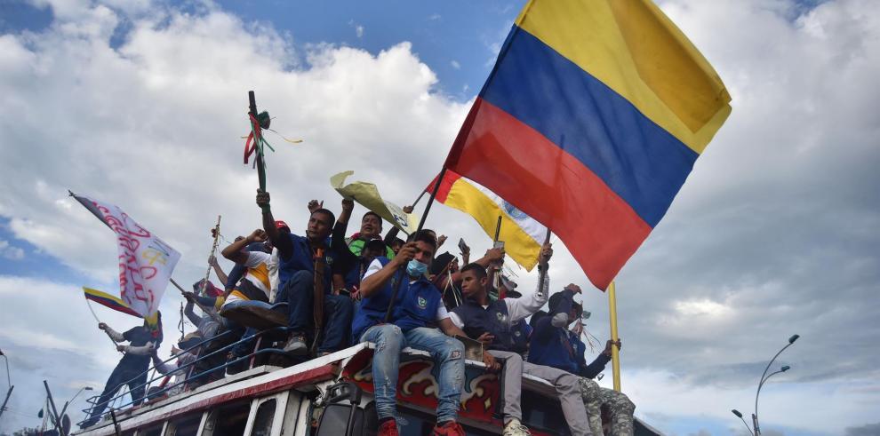 Indígenas procedentes del departamento del Cauca llegan para sumarse a las jornadas de protestas contra la reforma tributaria, en Cali