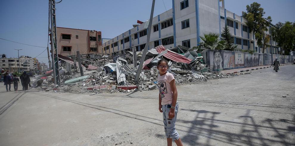 Una menor palestina camina ante un edificio destruido en un bombardeo israelí sobre Gaza