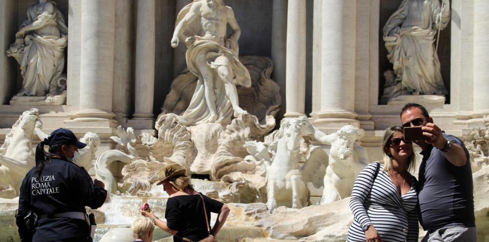 En la imagen, varios turistas visitan la Fontana de Trevi, en Roma.