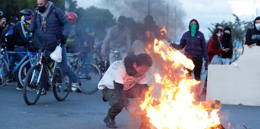 Manifestantes protestan este lunes en Bogotá, durante el día 13 del Paro Nacional.