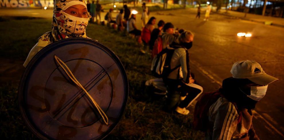 Varias personas protestan en la noche del 11 de mayo de 2021 en el barrio Siloé, escenario de enfrentamientos entre manifestantes y la policía, en Cali (Colombia).