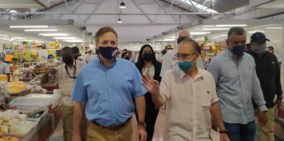 Alcalde José Luis Fábrega y delegación de la Embajada de Estados Unidos recorren los mercados del Marisco y San Felipe Neri.