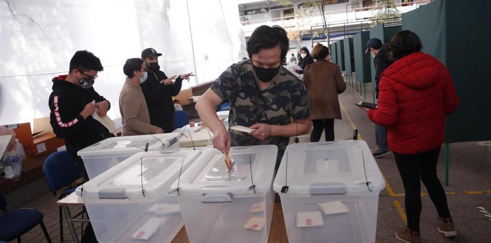 Jurados electorales en un centro de votación hoy, en la Comuna de Providencia, en Santiago