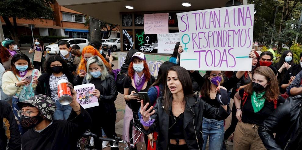 Mujeres en Colombia protestantan