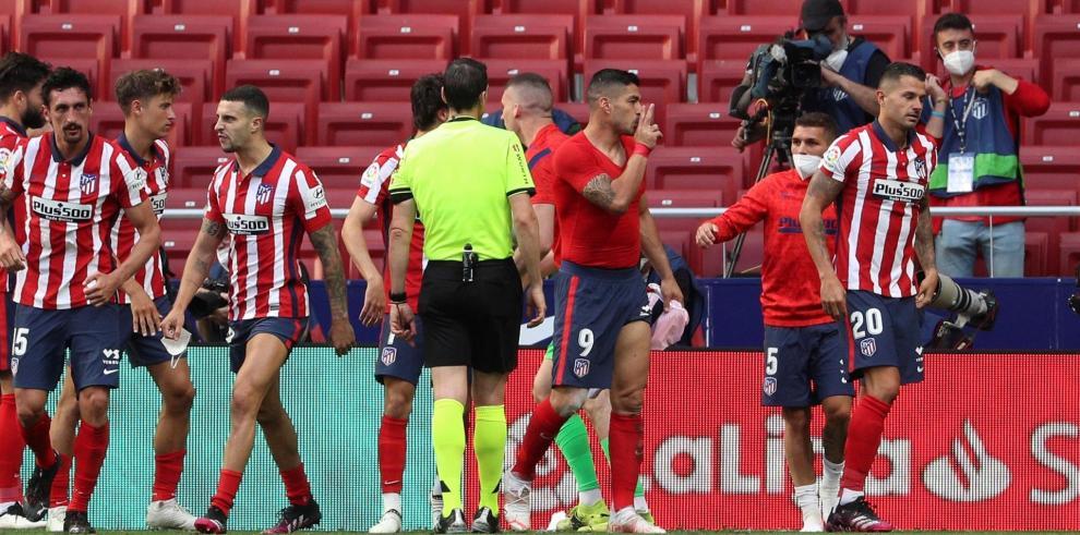 El delantero uruguayo del Atlético de Madrid Luis Suárez (3d) celebra su gol ante Osasuna