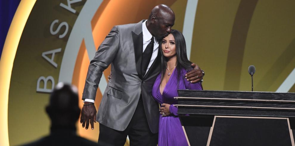 Michael Jordan y Vanessa Bryant en la ceremonia de entrada de Kobe Bryant en el Hall of Fame