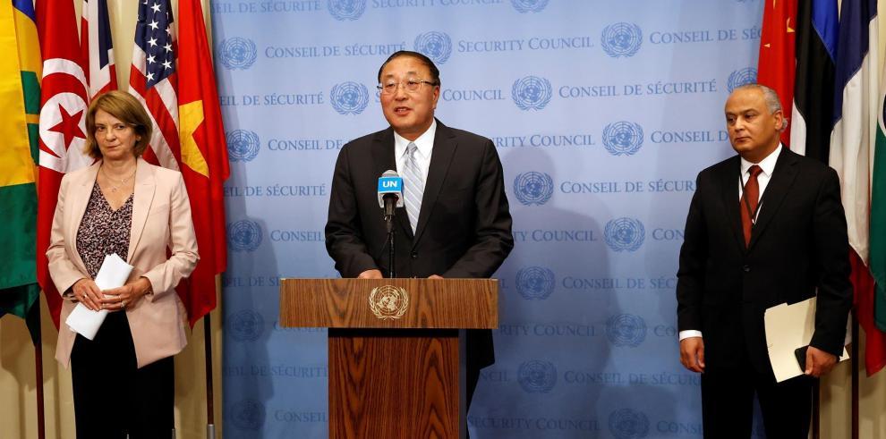 El embajador de China ante la ONU y actual presidente de Seguridad de Naciones Unidas, Zhang Jun (C), se dirige a los medios de comunicación junto a la embajadora de Noruega en la ONU Mona Juul (L) y la embajadora de Túnez en la ONU Tarek Ladeb
