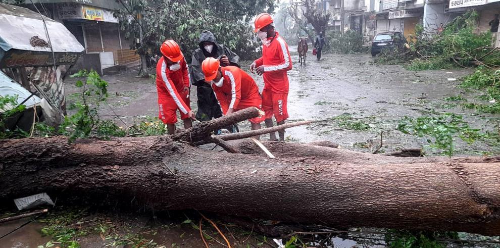 Las fuertes lluvias y vientos que acompañaron al ciclón en Gujarat también dejaron sin electricidad a unos 2.500 poblados