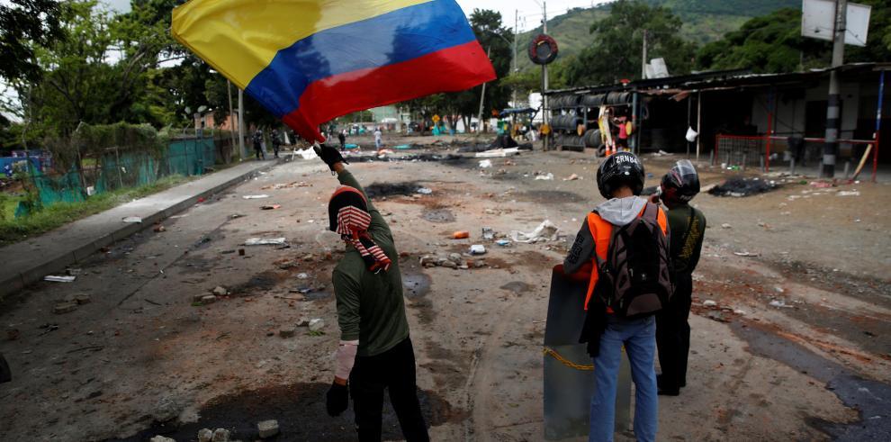 Un manifestante sostiene una bandera de Colombia este martes, en Yumbo, durante el día número 21 del paro nacional contra el gobierno de Iván Duque.