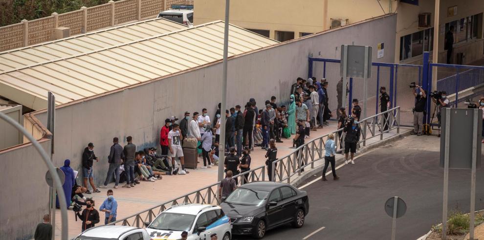 Varios migrantes esperan para pasar la frontera entre Ceuta y Marruecos voluntariamente este jueves