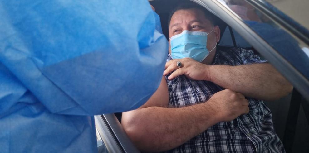 Alcalde de Santiago se aplica la vacuna de AstraZeneca