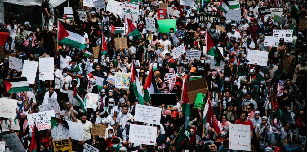 Miles de personas se manifestaron este sábado en Nueva York para mostrar su apoyo al pueblo palestino en una atronadora marcha que recorrió una de las principales avenidas del multicultural distrito de Queens