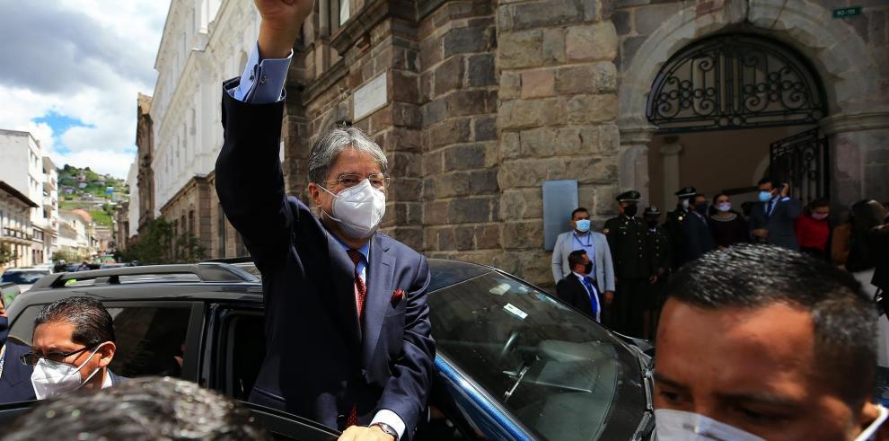 El presidente electo de Ecuador, Guillermo Lasso, sale del Centro Cultural Metropolitano luego de recibir por parte del Consejo Nacional Electora