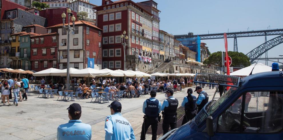 Los incidentes se produjeron en la noche del jueves en el centro de Oporto tras el cierre de bares y restaurantes.