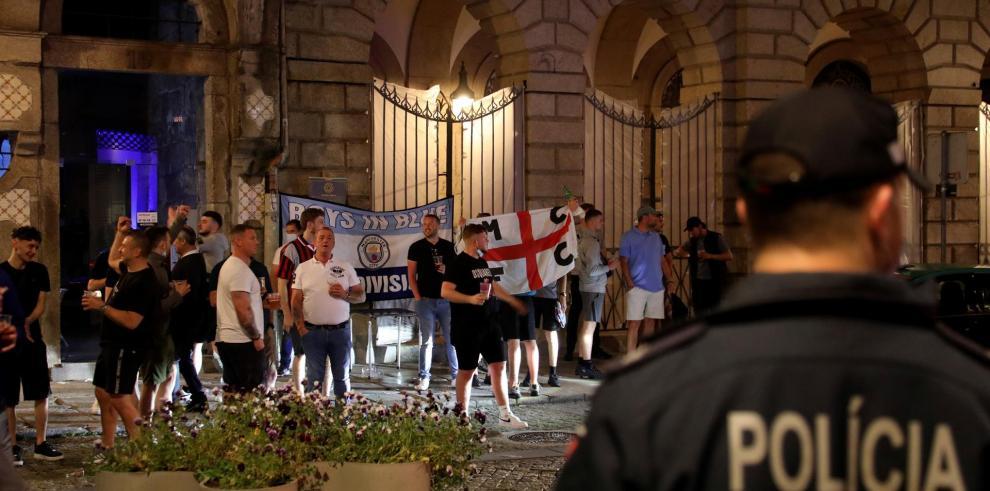 Miembros de la policía vigilaban la zona asignada a los aficionados ingleses llegados a Oporto