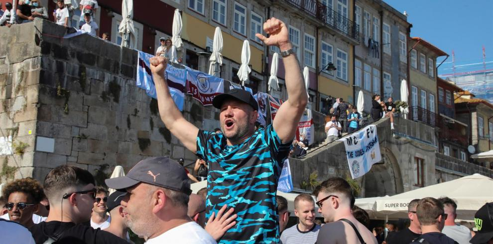 Aficionados del Manchester City ayer sin mascarillas antes de la final de la Liga de Campeones en Oporto