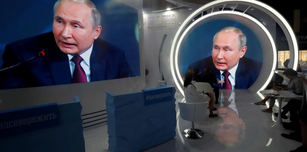 Dos pantallas muestran la imagen de Vladimir Putin en el Foro Económico de San Petersburgo.